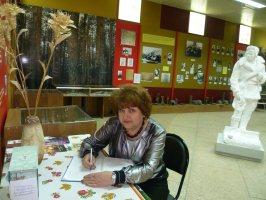 В.Г.Федотова -завуч школы № 7, курирующая кадетские классы, пишет отзыв в Книге почетных посетителей музея-заповедника Большой Дуб