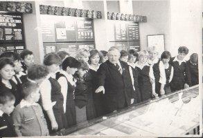 П.М.Курских-первый научный сотрудник в музее Партизанской Славы проводит экскурсию для учащихся ПТУ-17 г.Железногорска, 1977 г.