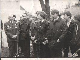 Ветеран Великой Отечественной войны В.И.Плигунов(слева) выступает перед призывниками на проводах в Советскую Армию. Слобода Михайловка, 1984 г.