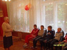 Урок мира в Железногорском межрайонном центре социальной помощи семье и детям.  Перед ребятами выступает гостья мероприятия Т.Ф.Колосова-бывшая несовершеннолетняя узница фашистских концлагерей.3.09.2010 г.