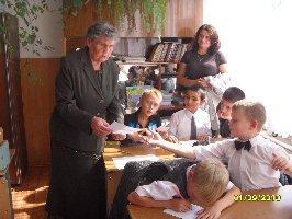 Урок мира в 3б классе школы №8. Ребята показывают Н.В.Губенковой написанные ими пожелания своим близким . 1 сентября 2010 г.