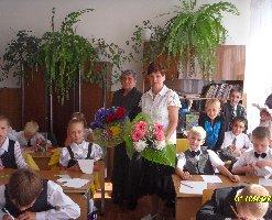 Урок мира в 3б классе школы №8. Стоят слева направо Н.В.Губенкова и Н.Д.Коростелева-учителя начальных классов. 1 сентября 2010 г.