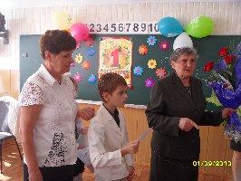 Урок мира в 3б классе школы №8. Ребята показывают Н.В.Губенковой написанные ими пожелания своим близким . 1 сентября 2010 г. (2)