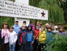 Обучающиеся и учитель истории (крайняя слева) средней школы №49 г.Курска. Музей-заповедник Большой Дуб, 23.09.2010 г. (2)