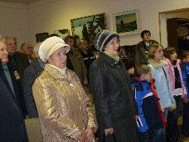 Минута молчания во время митинга-реквиема в память 68-й годовщины трагедии мирных жителей поселка Большой Дуб. Музей-заповедник, 15.10.2010 г. (2)